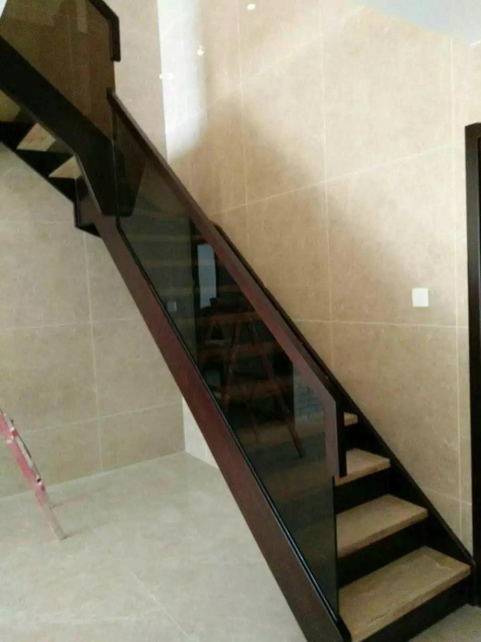 产品分类:钢木楼梯,小复式楼梯、Loft楼梯、阁楼楼梯,简约楼梯 产品参数:钢木结构,榉木踏板、金属栏杆,黑色、银白 风格 :简约风格 适用场所:复式,跃层,Loft 材质 :碳钢龙骨,踏板可选榉木、橡木等 特点 :小巧、节省空间 说明 :意大利Rintal组装式楼梯。别具一格的左右左L型踏步板,力求对空间进行最有效的利用,在最小的地方实现最大的功能,并确保人体行动自如,让人不得不因为意大利如此细腻、深入的设计理念和别具匠心的设计风格而叹为观止。